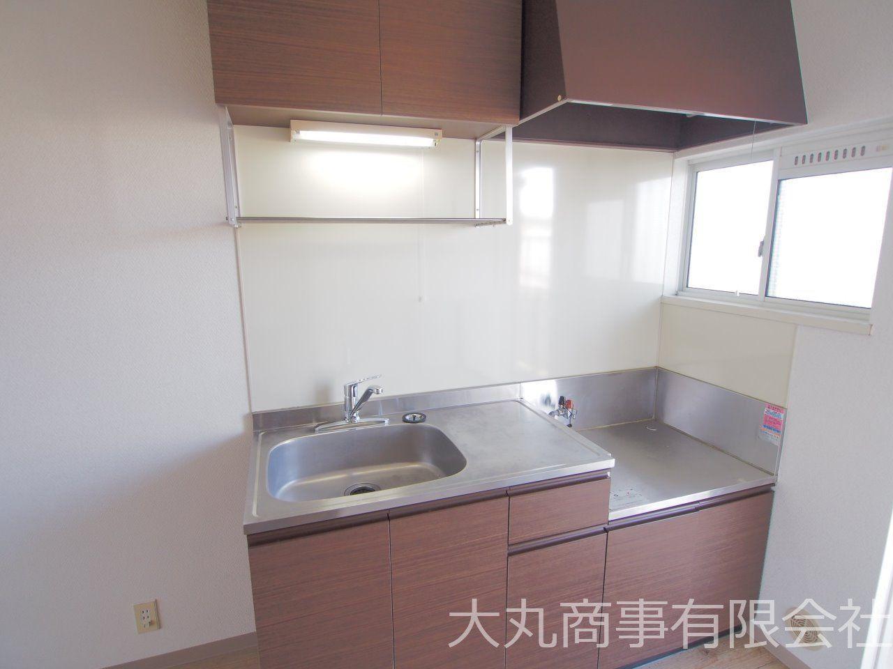 自炊派にうれしい単身向けの部屋では大きめのキッチン。2口ガスコンロ対応。