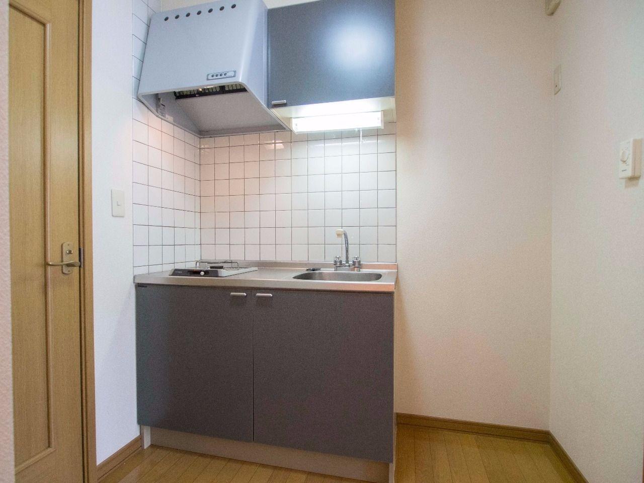 流し台横には冷蔵庫置場を確保