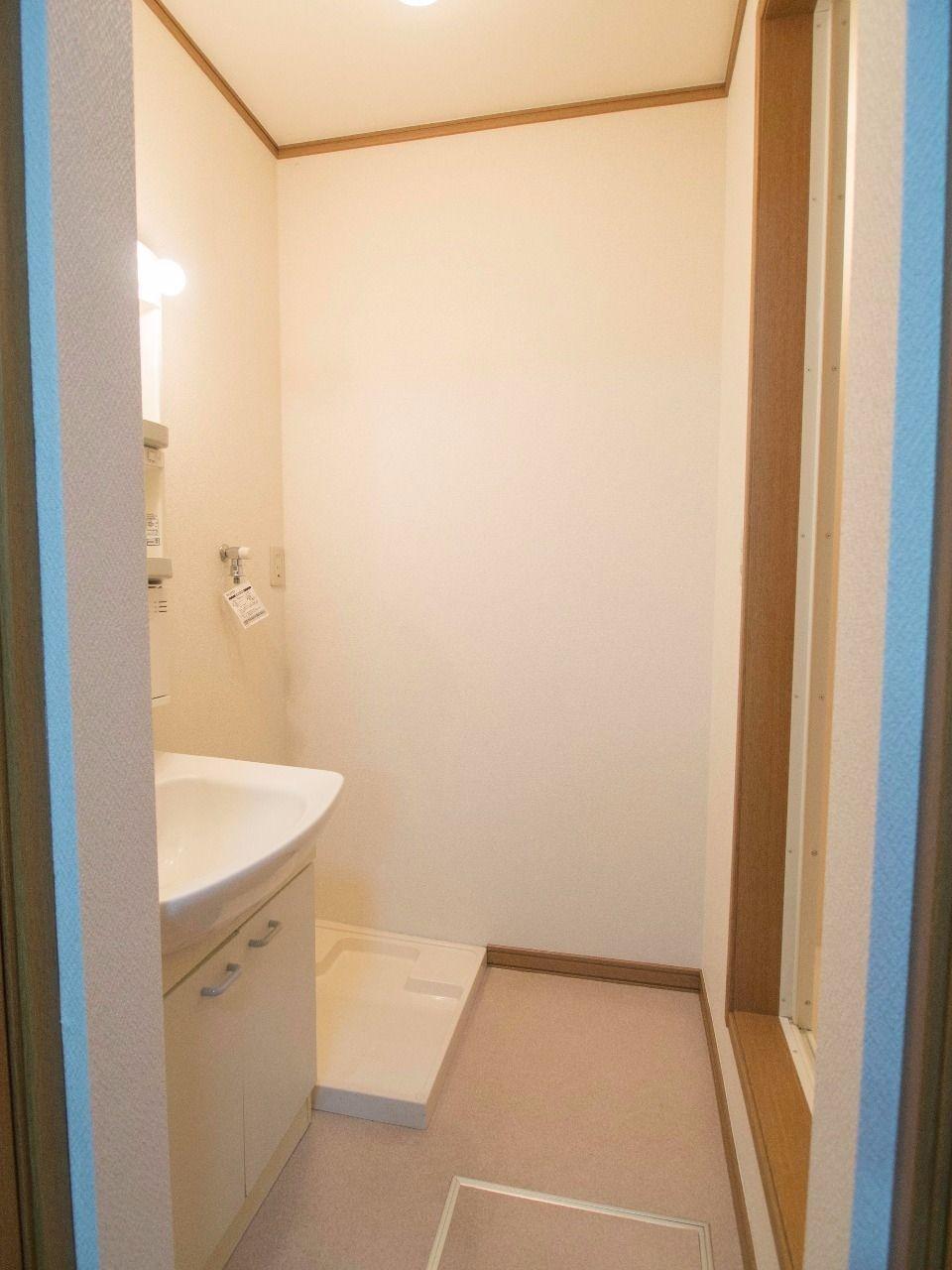 洗面台と洗濯機置場がある洗面所