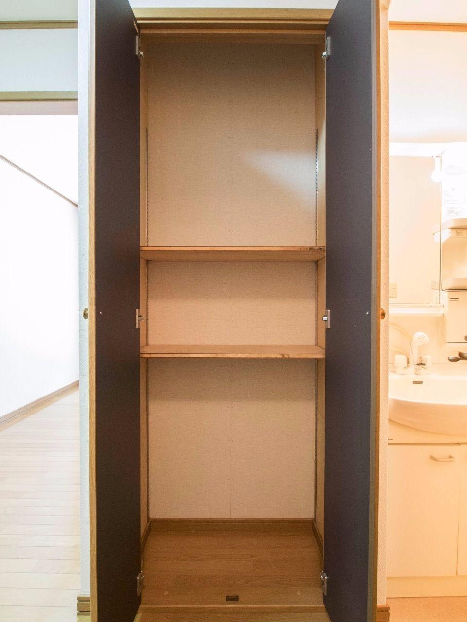 キッチンと洗面所の間にあるストック棚