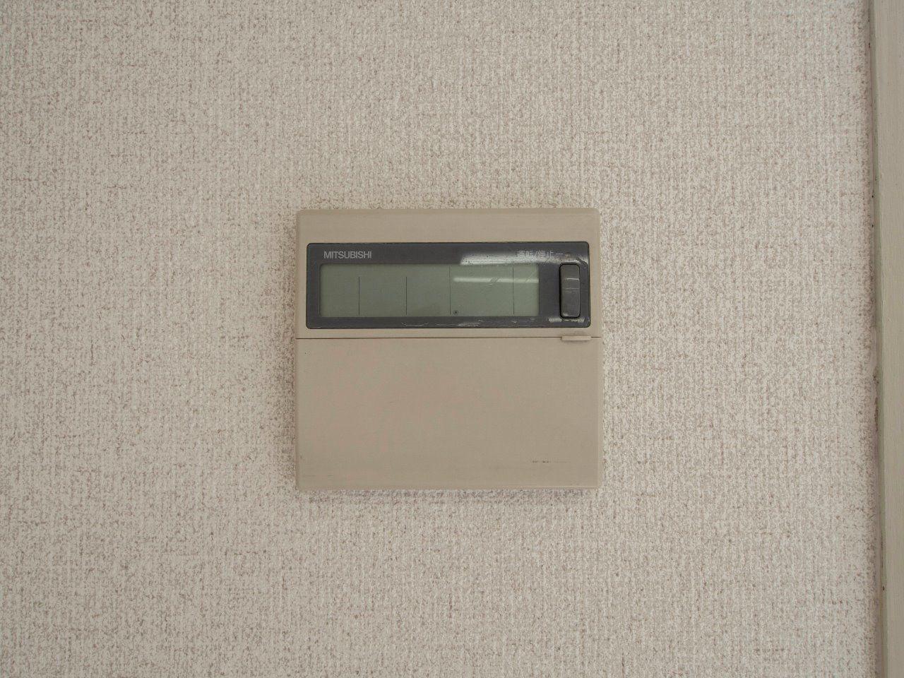 壁付けのエアコンリモコン