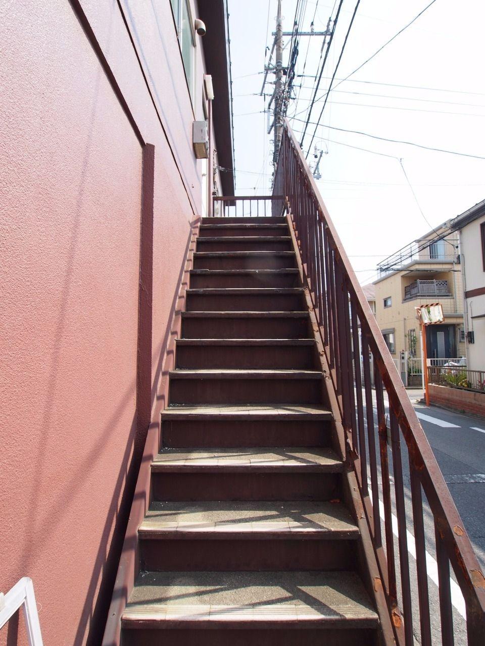 通りからすぐに階段へアクセス可能
