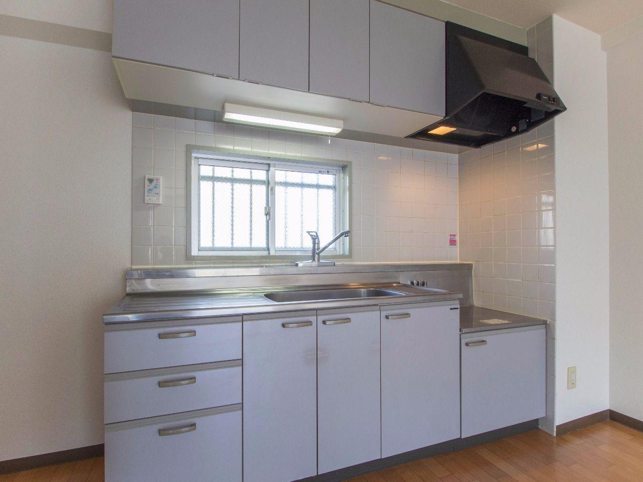 換気のしやすい窓のキッチン