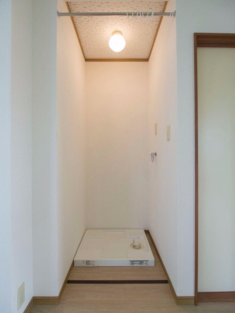 カーテンポールで目隠しできる室内洗濯機置場