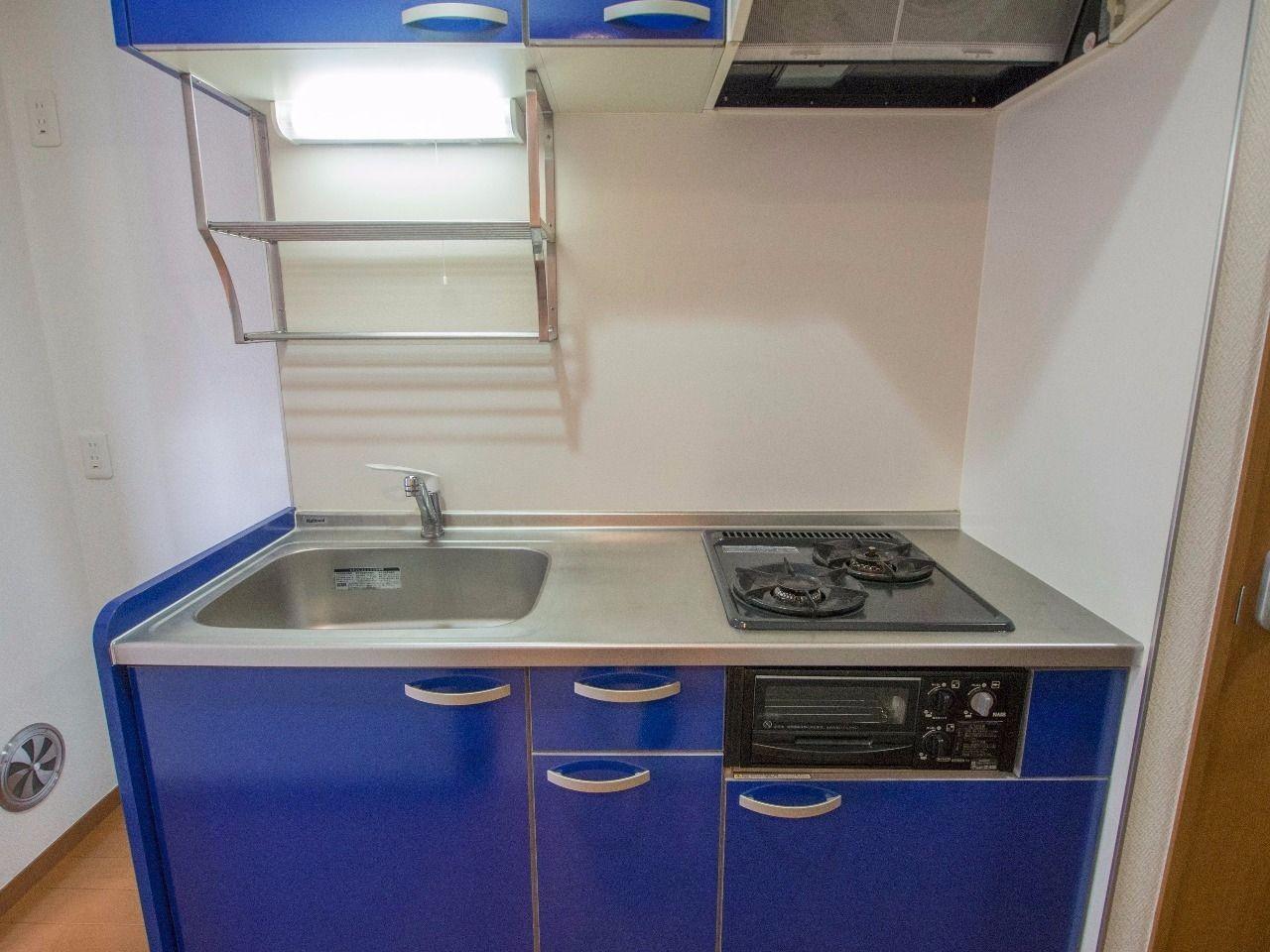 レンジフードと吊棚のあるキッチン