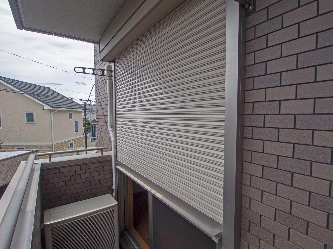 バルコニーの窓は安心のシャッター付