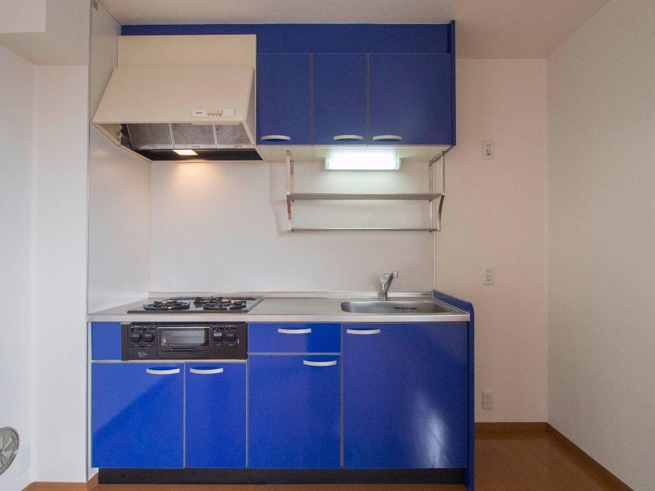印象的なビビットカラーのキッチン