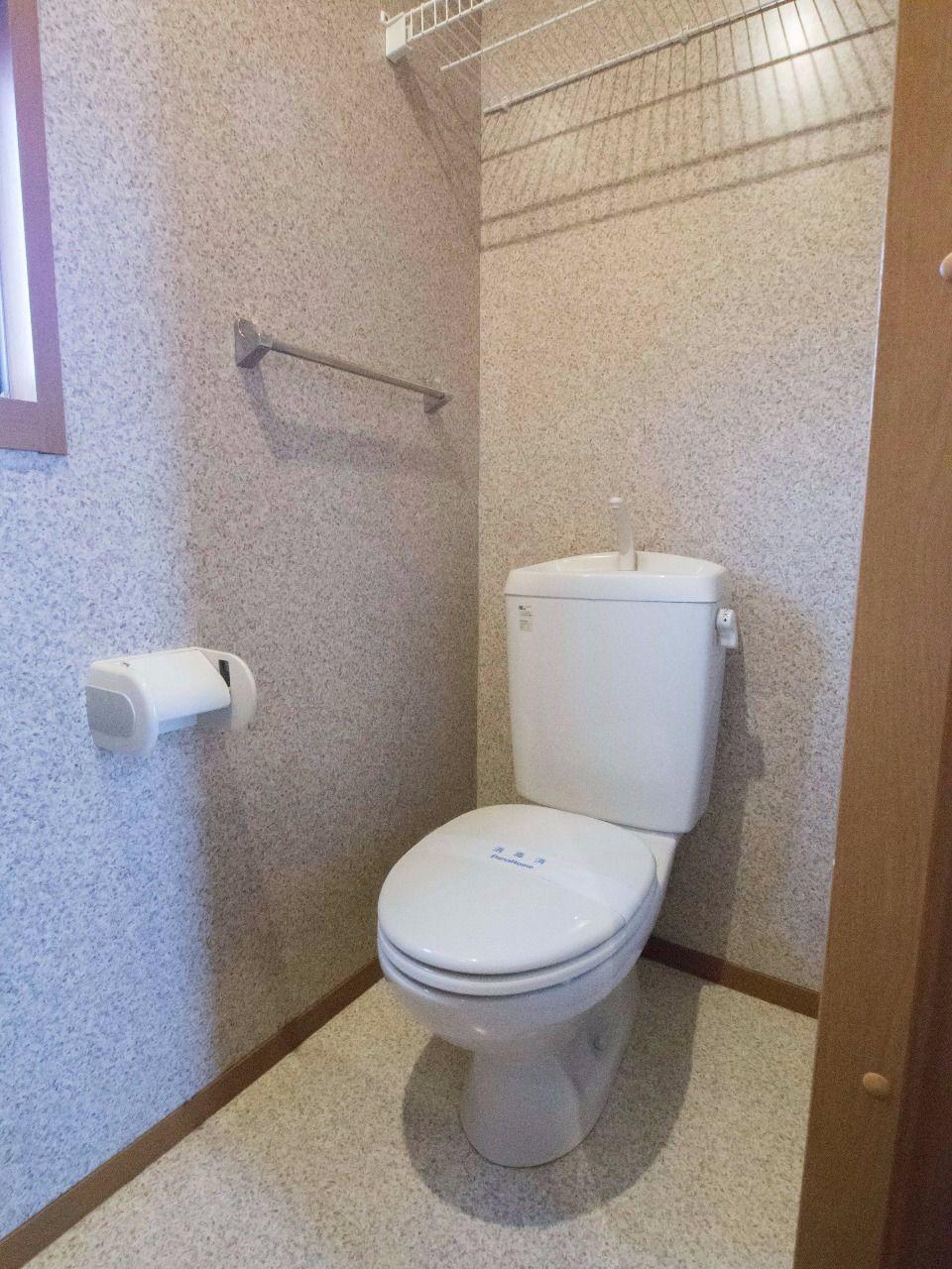 窓と上棚のあるトイレ