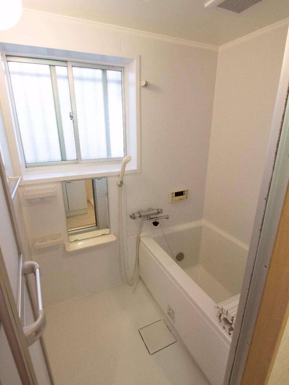 窓のあるバスルームは追い焚き機能付き