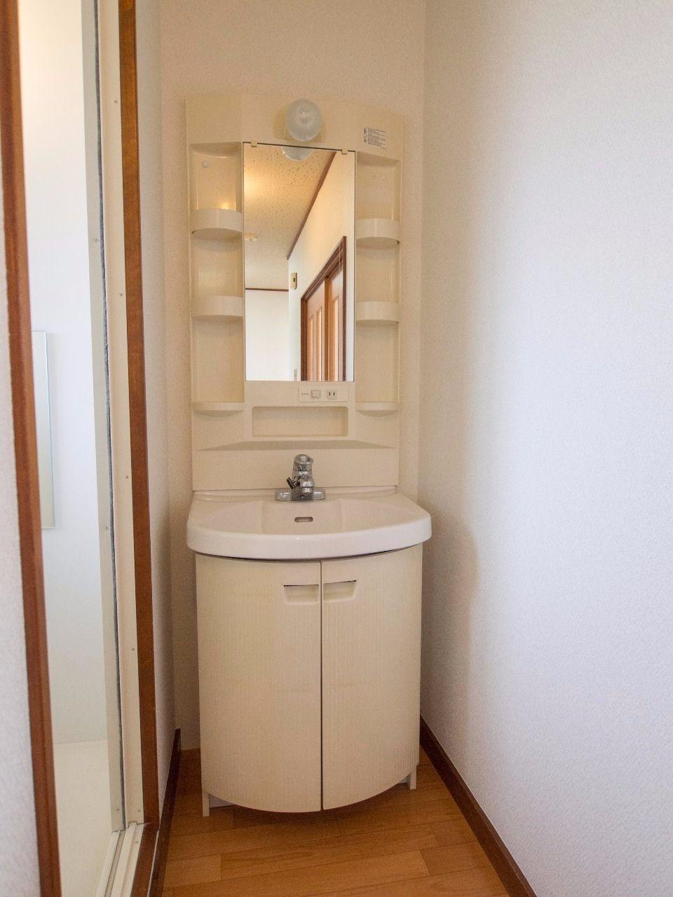 収納段の付いた使い勝手の良い洗面台