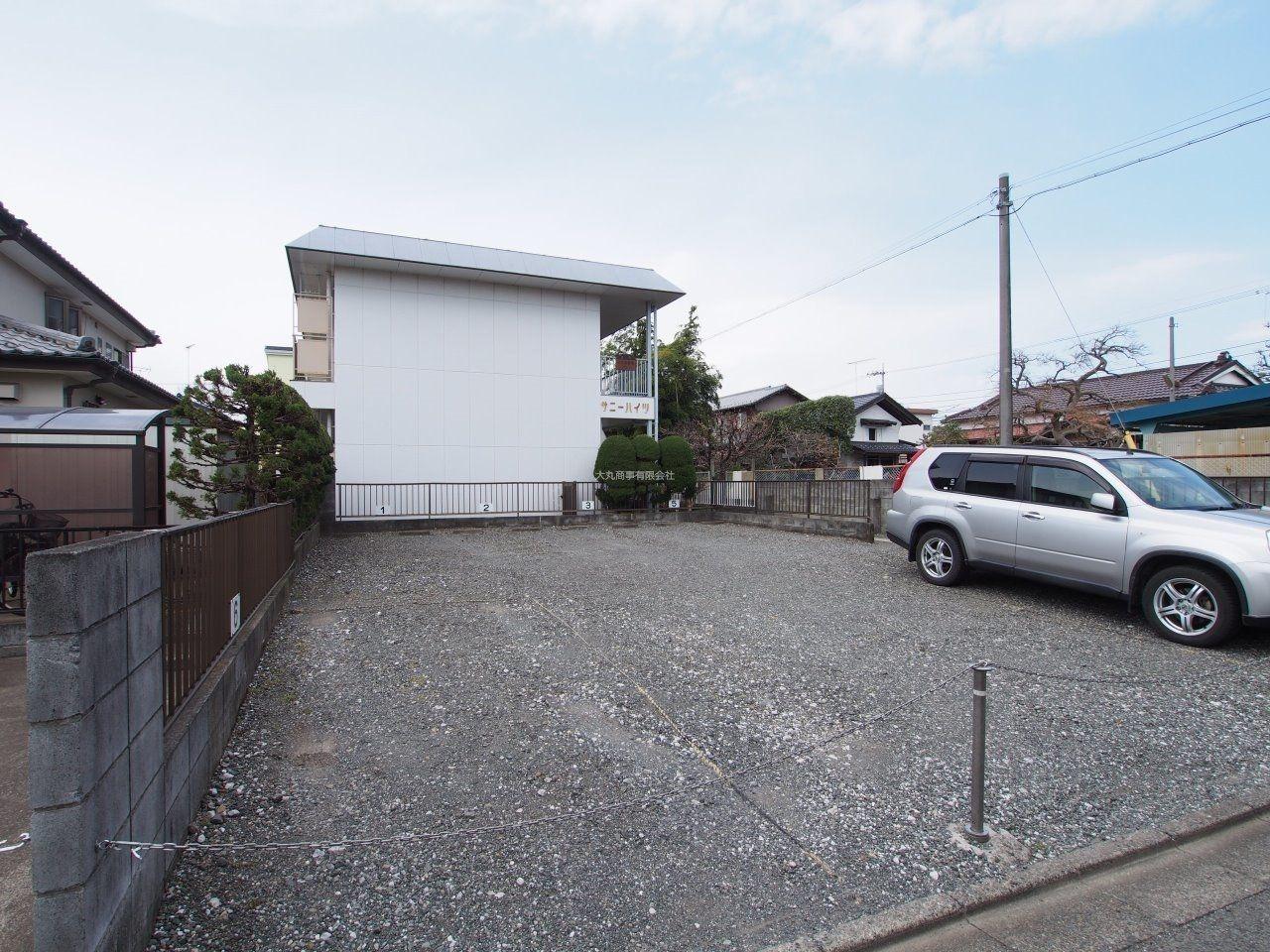 建物の隣で安心な駐車場