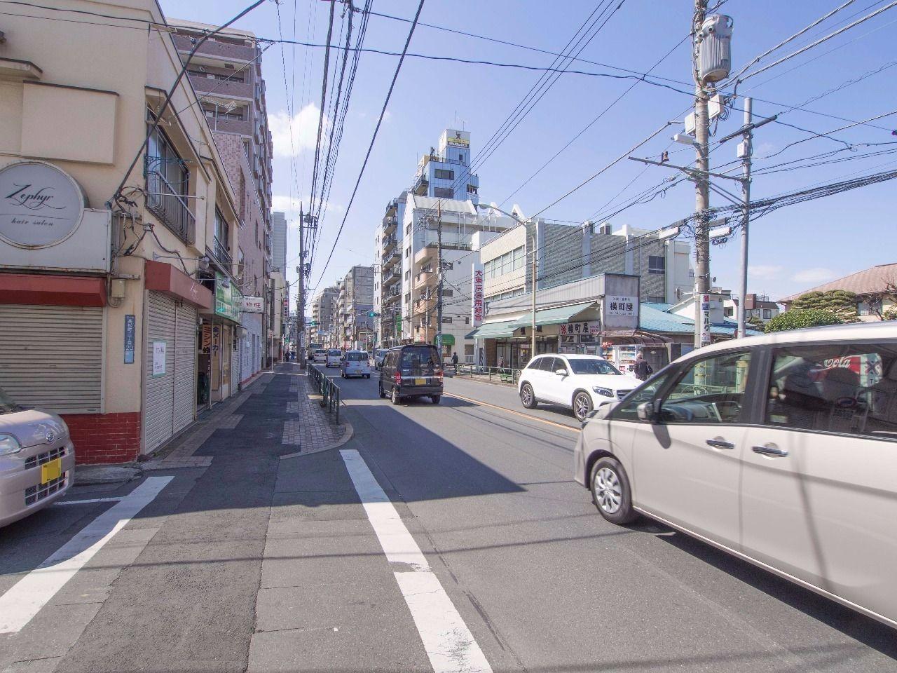 立川通り沿いには様々な商店などが立ち並ぶ楽しい通り。
