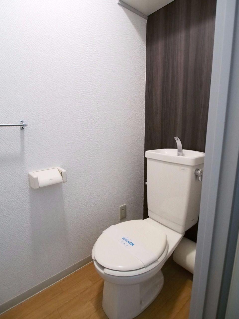 上棚とタオルハンガーのあるトイレ