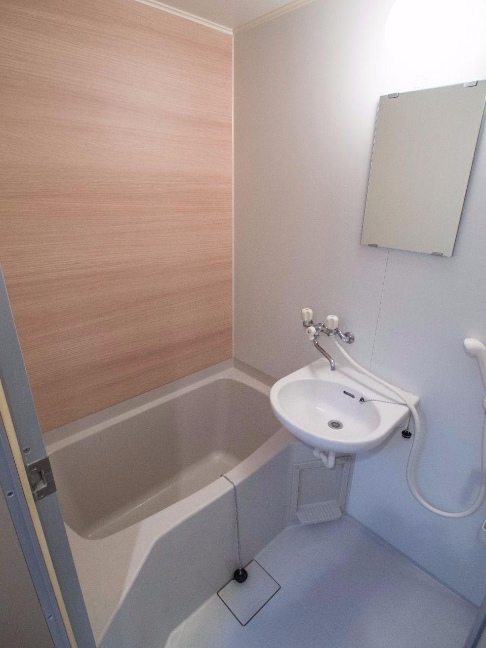木目調の壁で落ち着く浴室