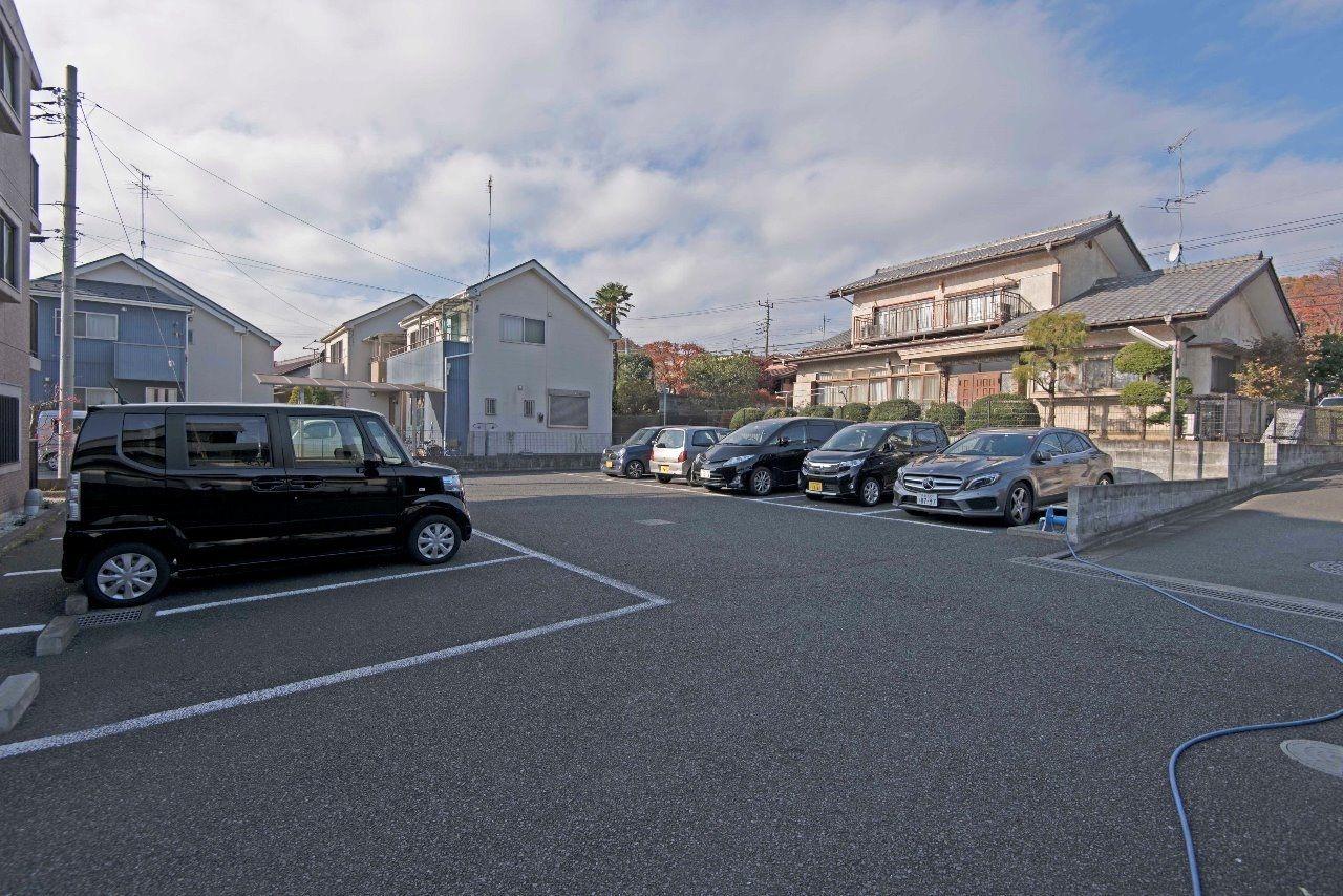 平面アスファルト敷の駐車場