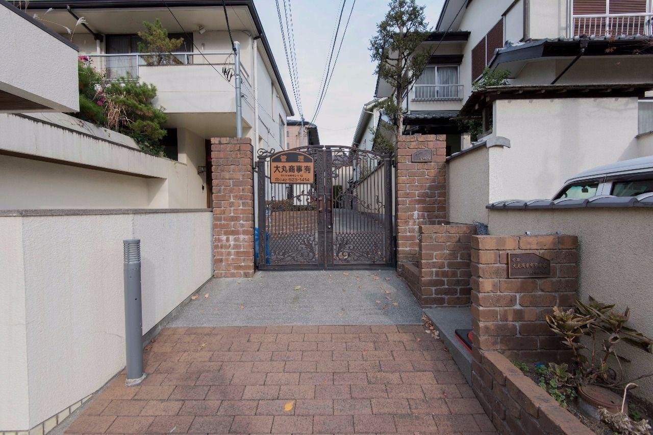 家主様がこだわった重厚な造りの門扉