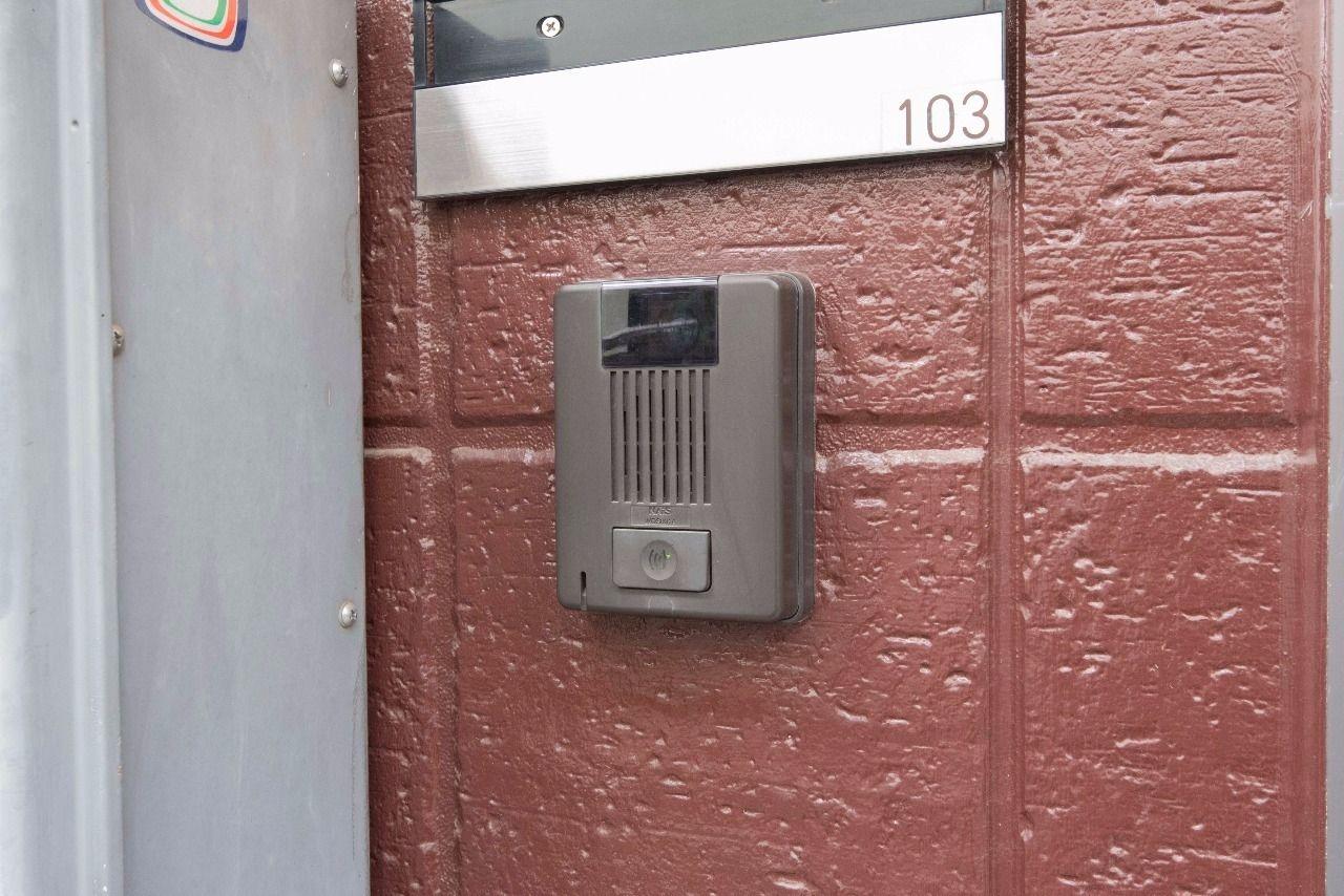 来訪者の姿を確認できるカメラ付