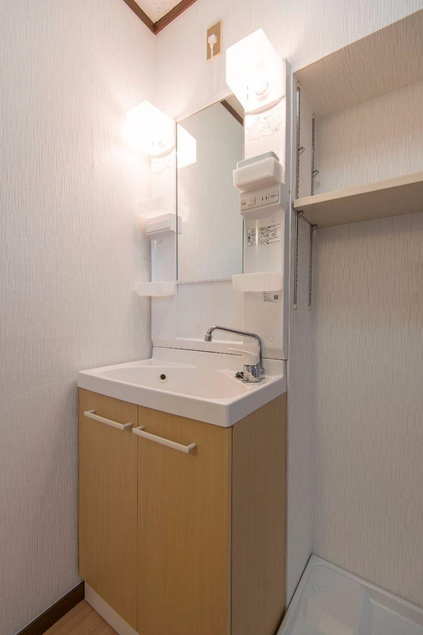 収納段のある洗面台