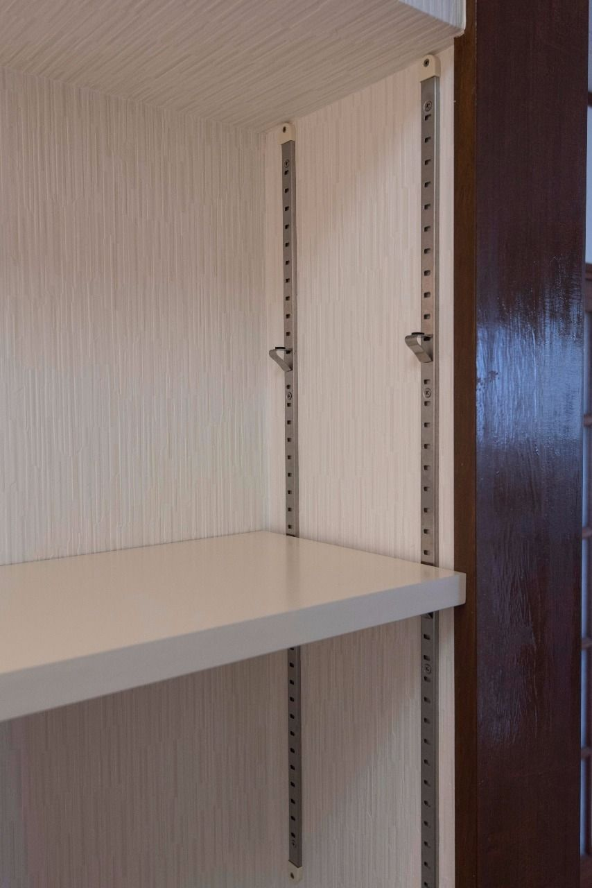 洗濯機置場上部の可動棚は細かく調整可能
