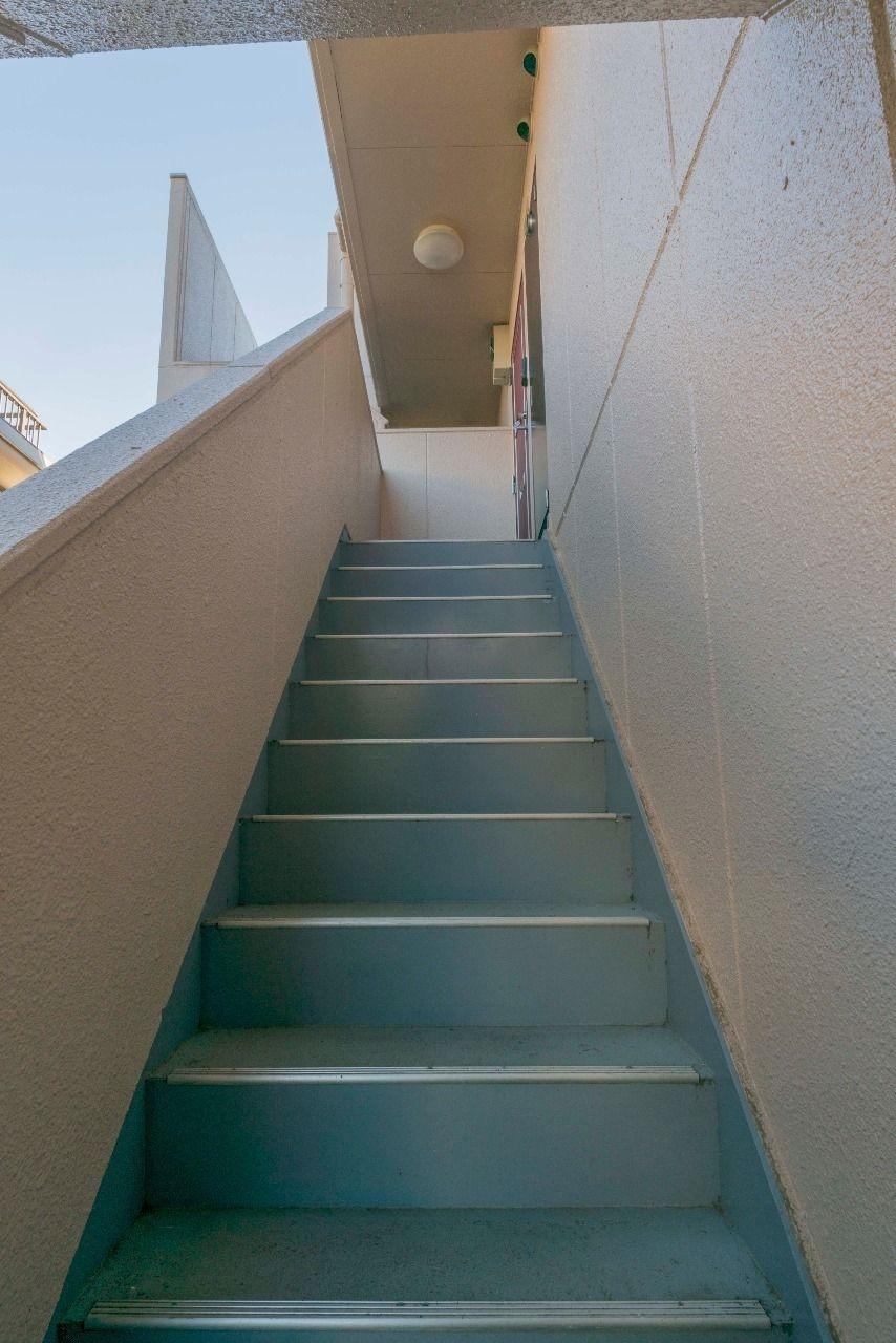 階段を上がった先に玄関ドア
