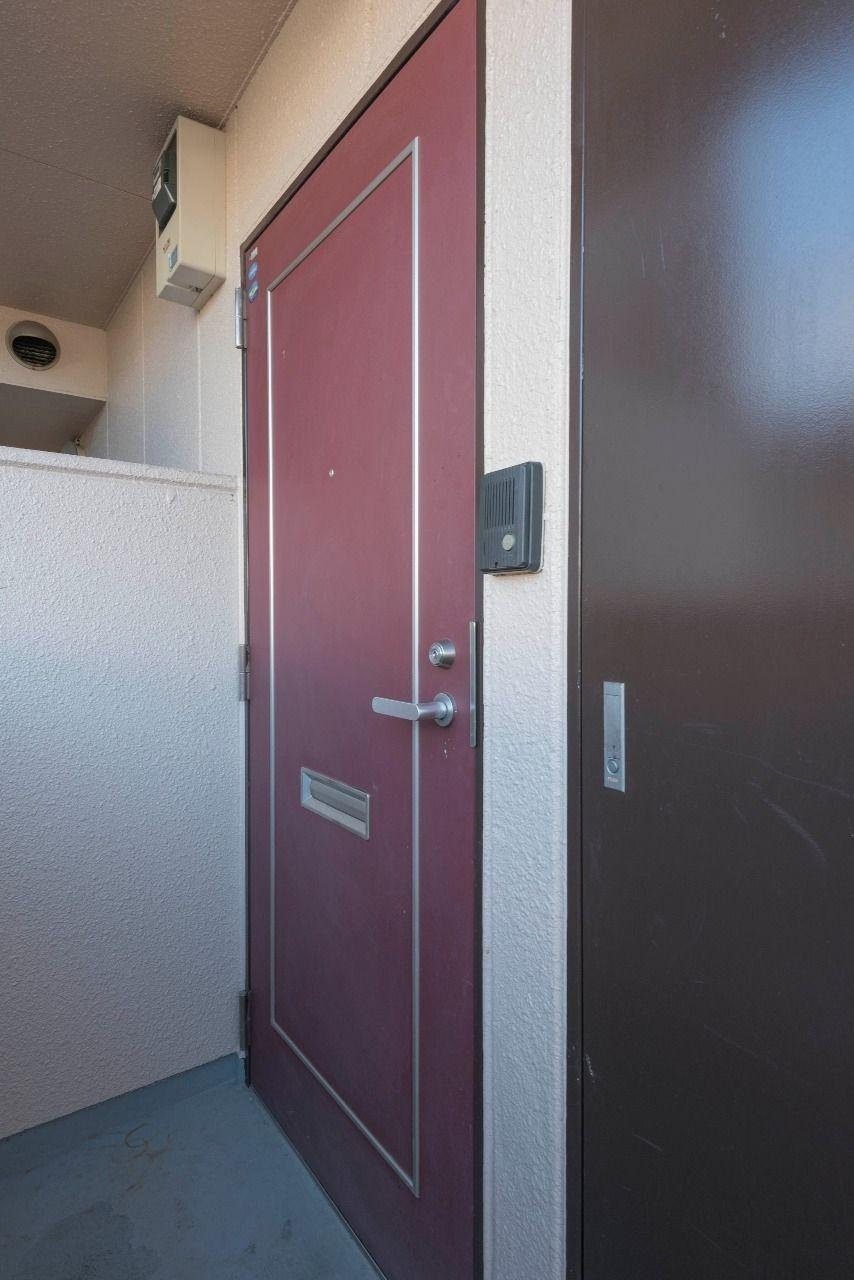 赤茶色の高級感のある扉