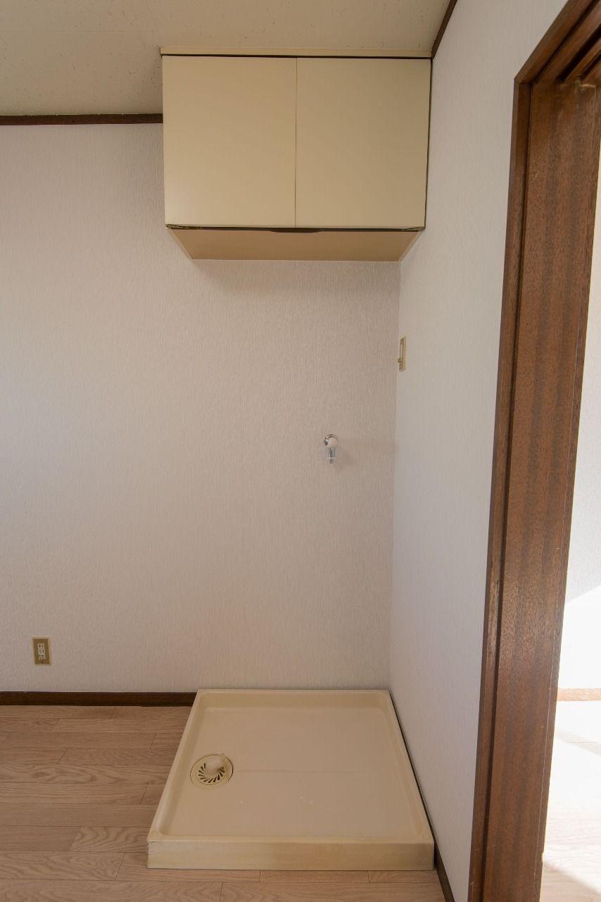 上棚のある室内洗濯機置場