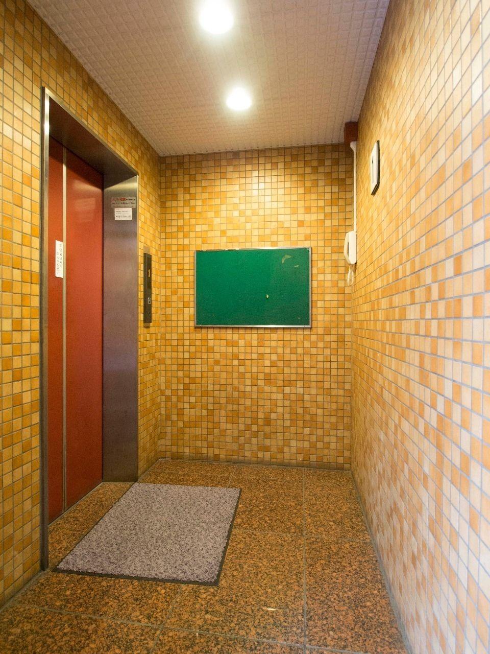 清潔感のあるエレベーターホール