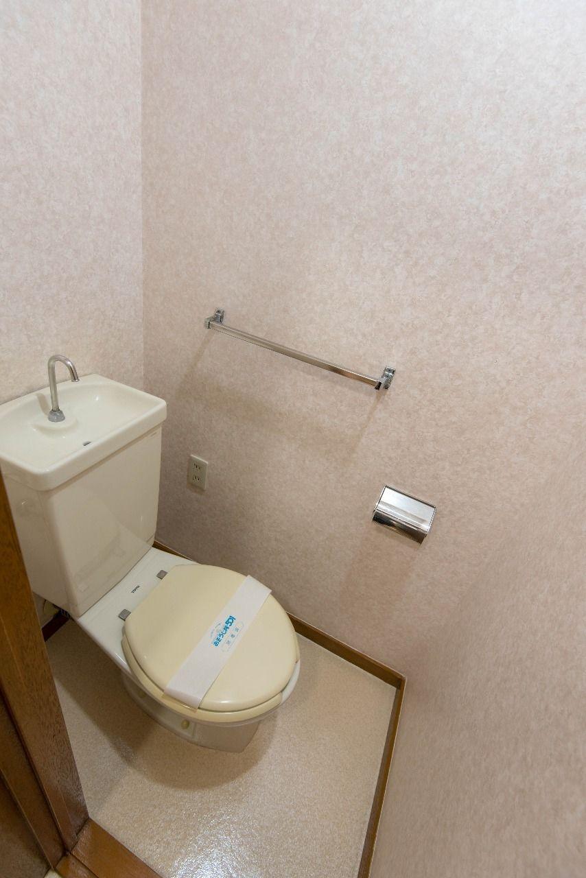 タオルハンガーのあるトイレ