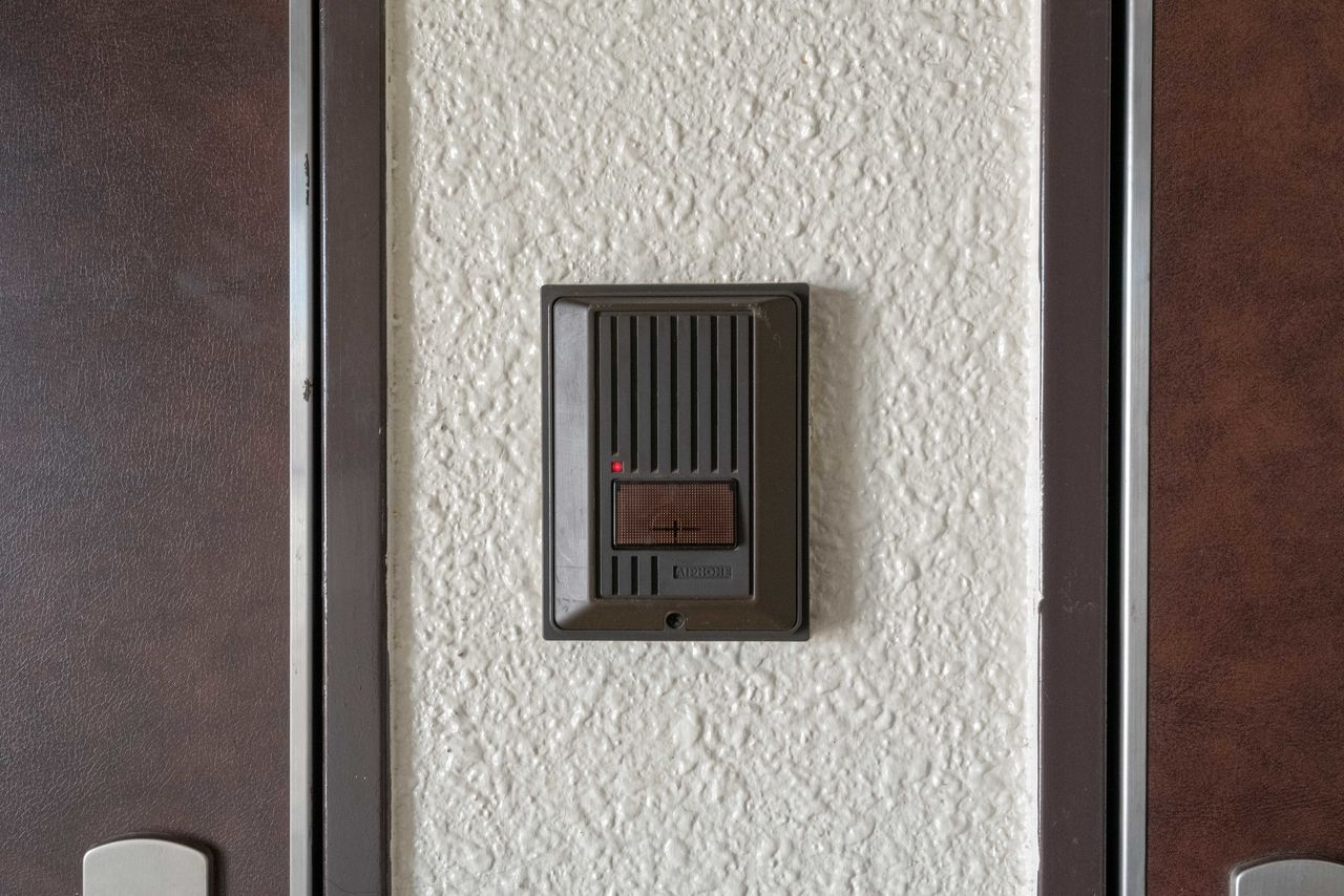 玄関を開けなくても来訪者と会話が可能
