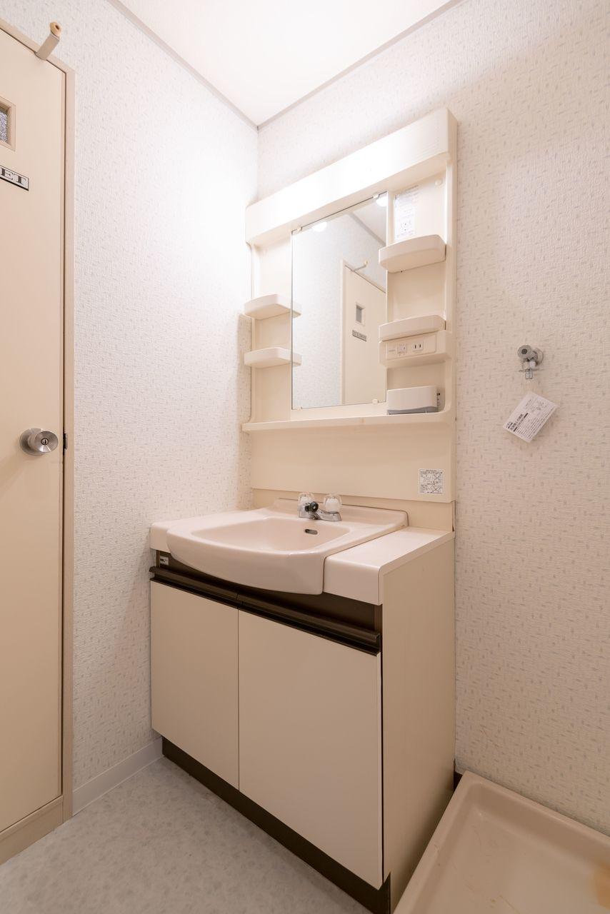 照明つきで身支度を整えやすい洗面台