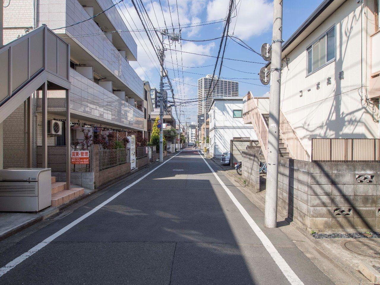 前面道路は交通量も少なく、駅前通りまで一直線
