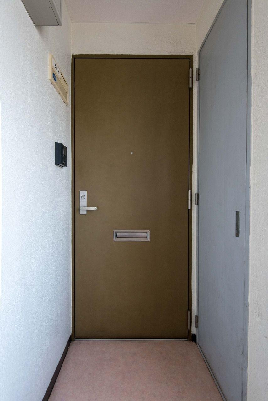 落ち着いた色味の玄関扉