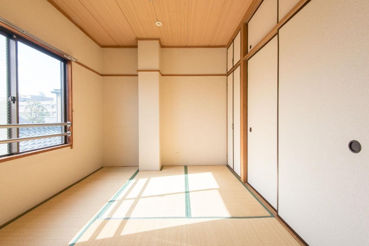 南面の窓から陽射しの入る和室