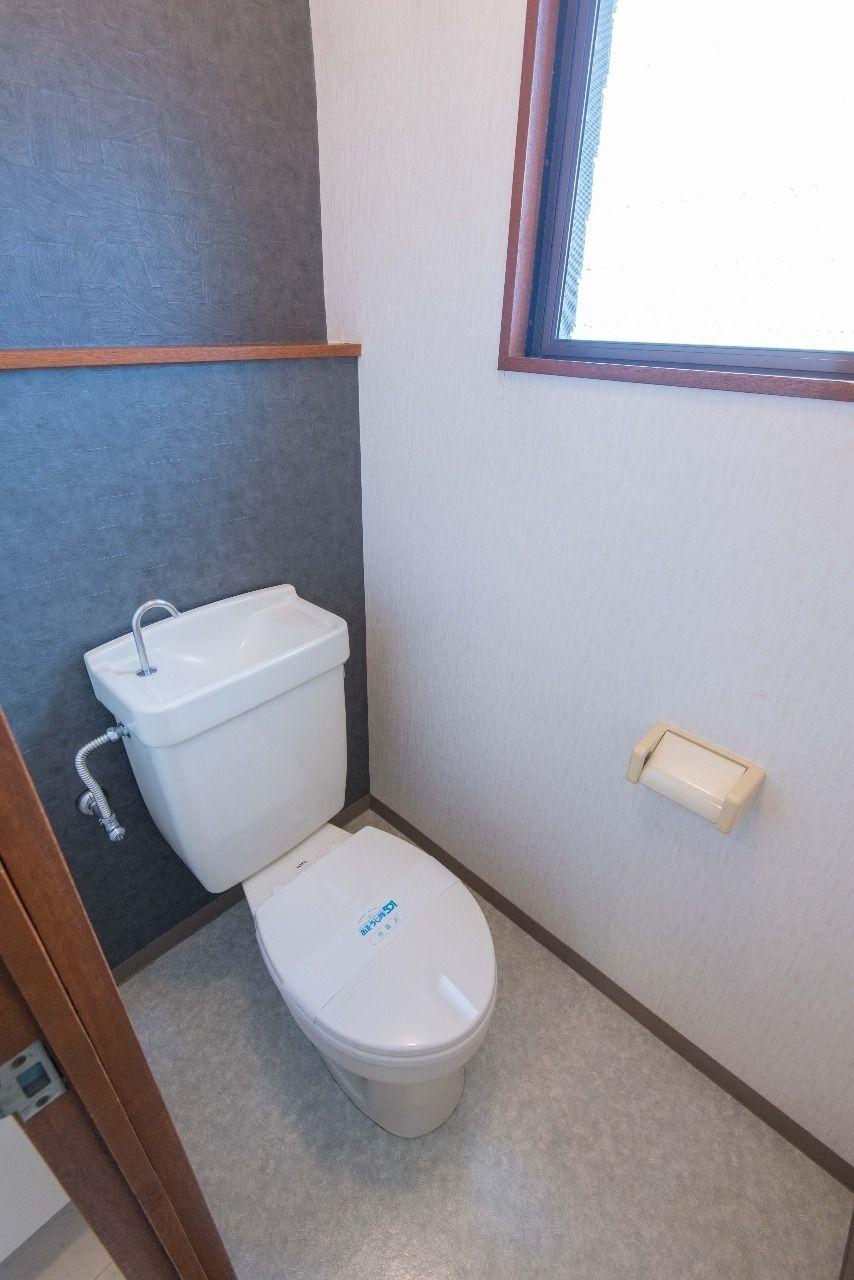 壁紙をスタイリッシュにしたトイレ