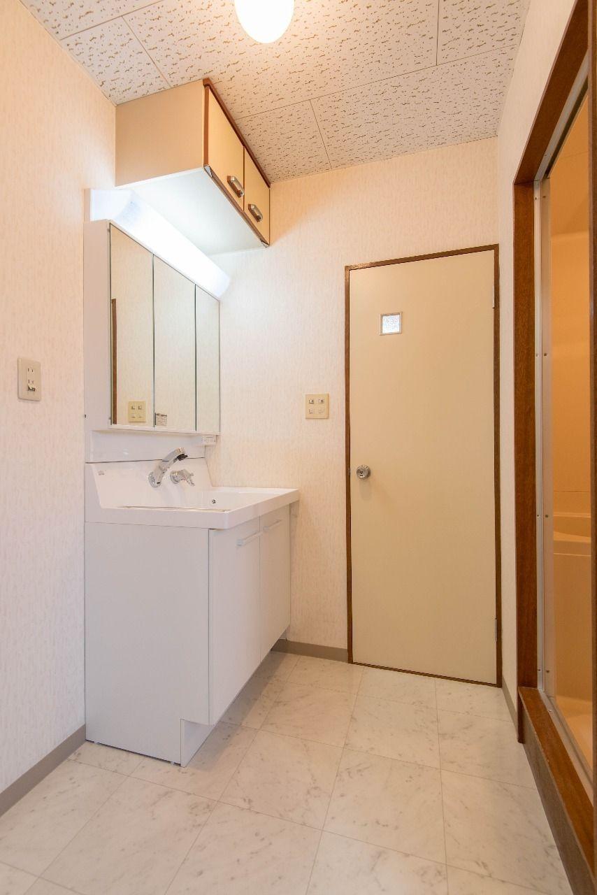ドアのある洗面所