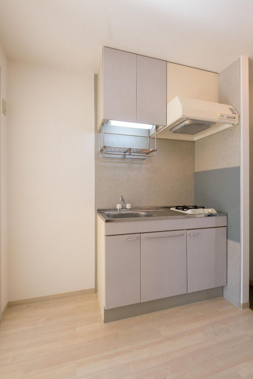 流し台と左側は冷蔵庫置場