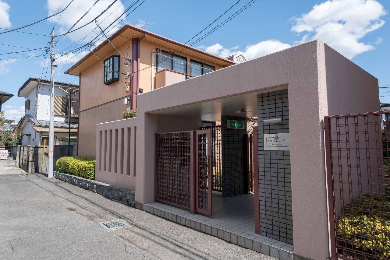入口ゲートがあるセキュリティーに配慮した建物