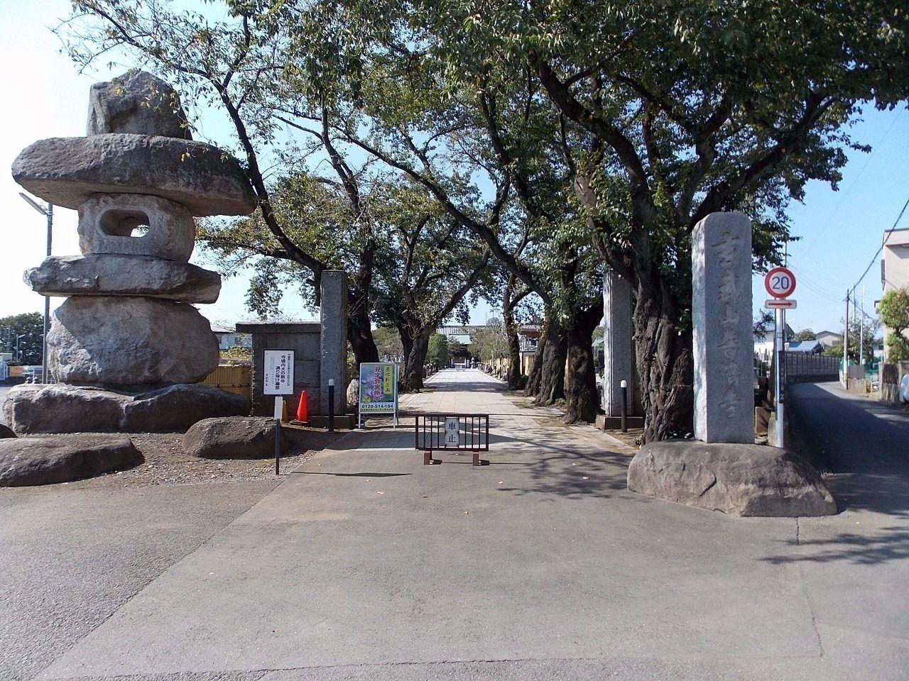 静ノーブルコートのすぐ南側のお寺