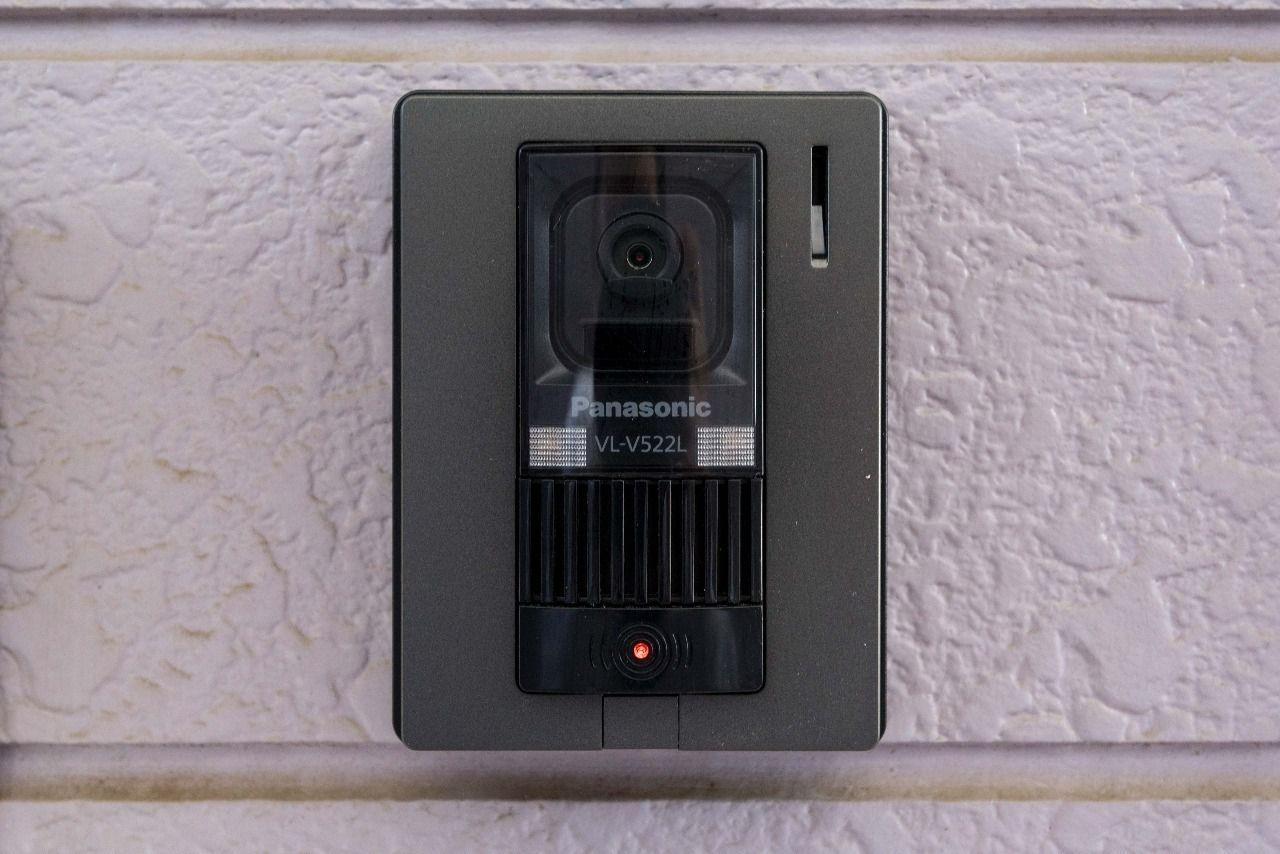 玄関外のインターホンはカメラ付き