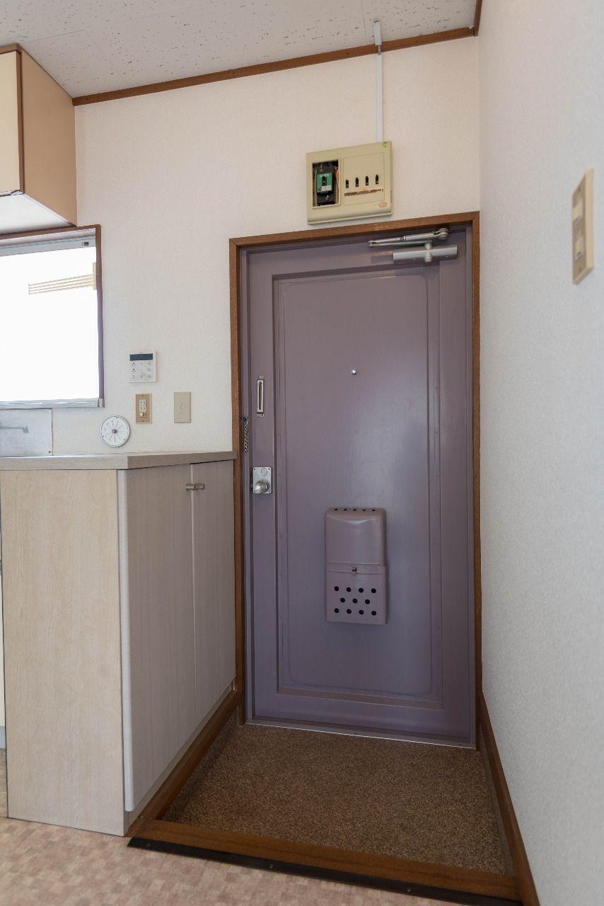 日中は電灯が無くても明るい玄関