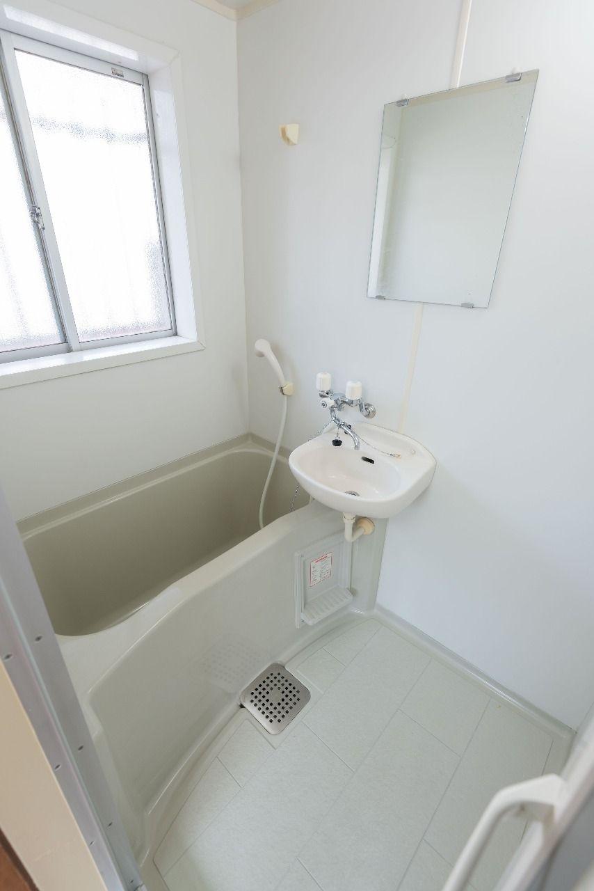 窓と洗面台のあるバスルーム