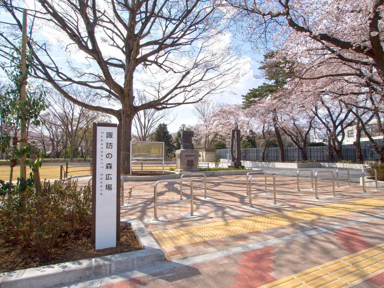 諏訪神社・諏訪の森公園に隣接した芝生のある広場