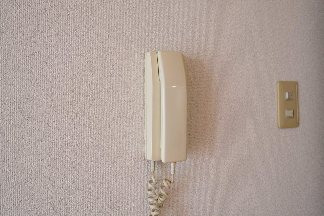 室内のインターホン受話器