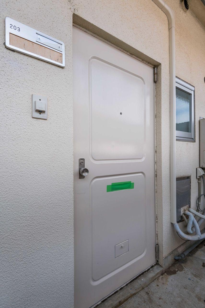 共用廊下からお部屋の入口ドア