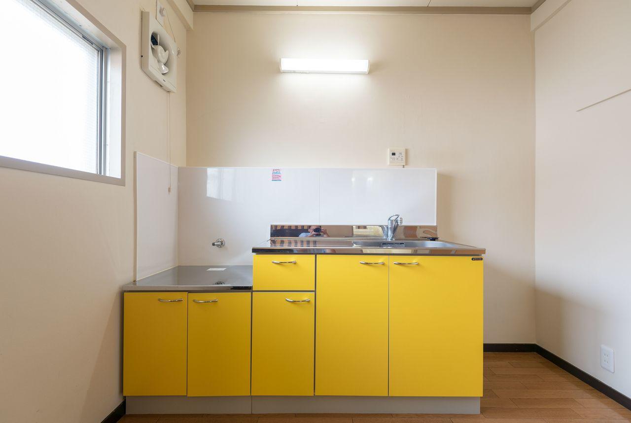 印象的な黄色のキッチン