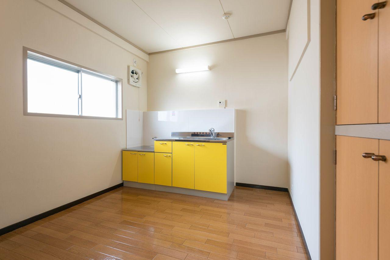 窓のあるキッチンで冷蔵庫置場も確保