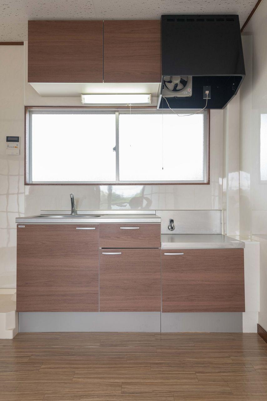上棚と窓のあるキッチン