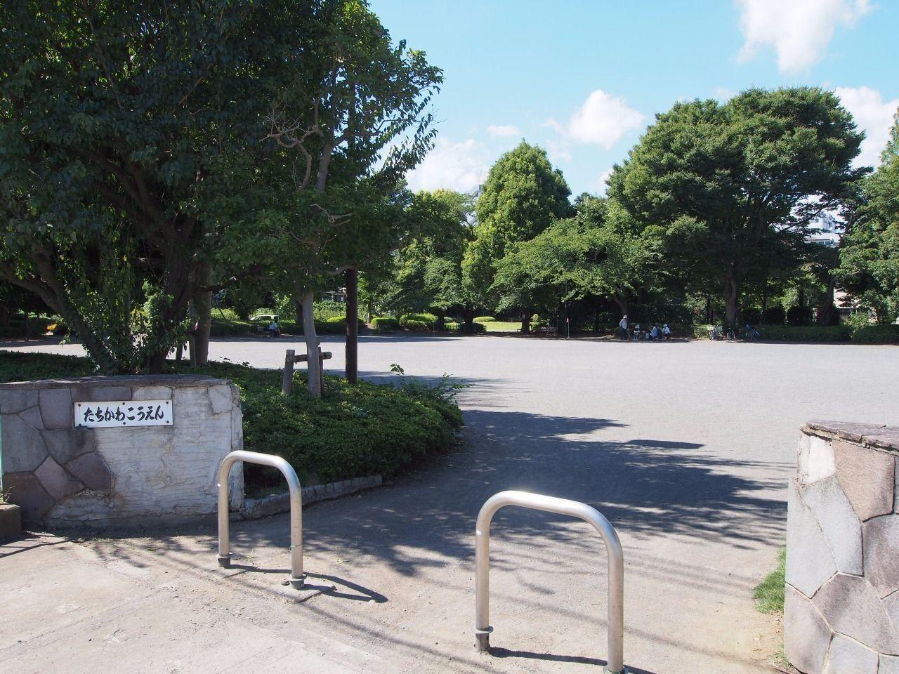 憩いの場になっている公園。柴崎体育館隣。正和荘から「457m」