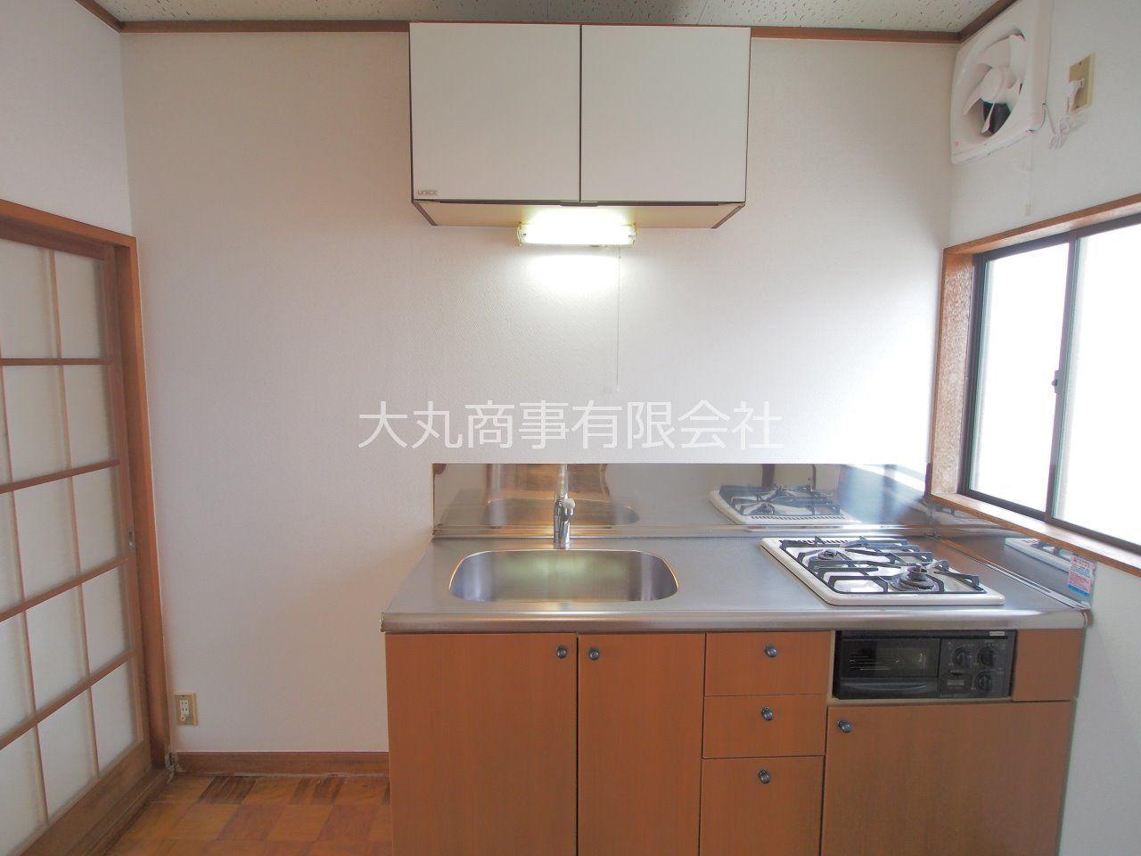 単身向けには珍しく、2口ビルトインコンロのあるキッチン。自炊派には嬉しい設備です。