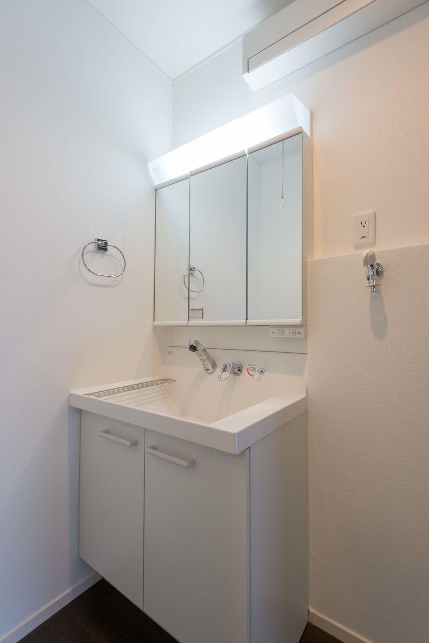 三面鏡のある洗面化粧台